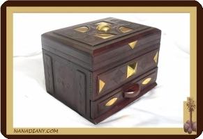 Petit coffre décoré touareg (en cuir ciselé) ref D302MMB