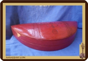 Boite de rangement demi lune touareg (en cuir ciselé) rouge Ref: M104